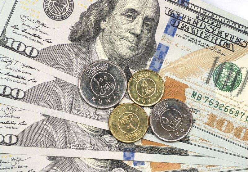 Mynt för kuwaitisk dinar överst av dollarräkningar royaltyfri foto