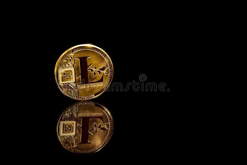 Mynt för litecoin för Criptocurrency begrepp guld- på blakspegelyttersida arkivfoto