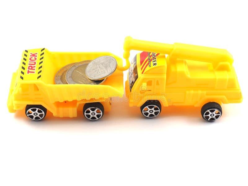 Mynt för pengarleksaklastbil arkivbild