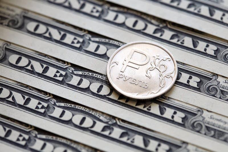 Mynt för rysk rubel på en bakgrund för dollarräkningar royaltyfri bild