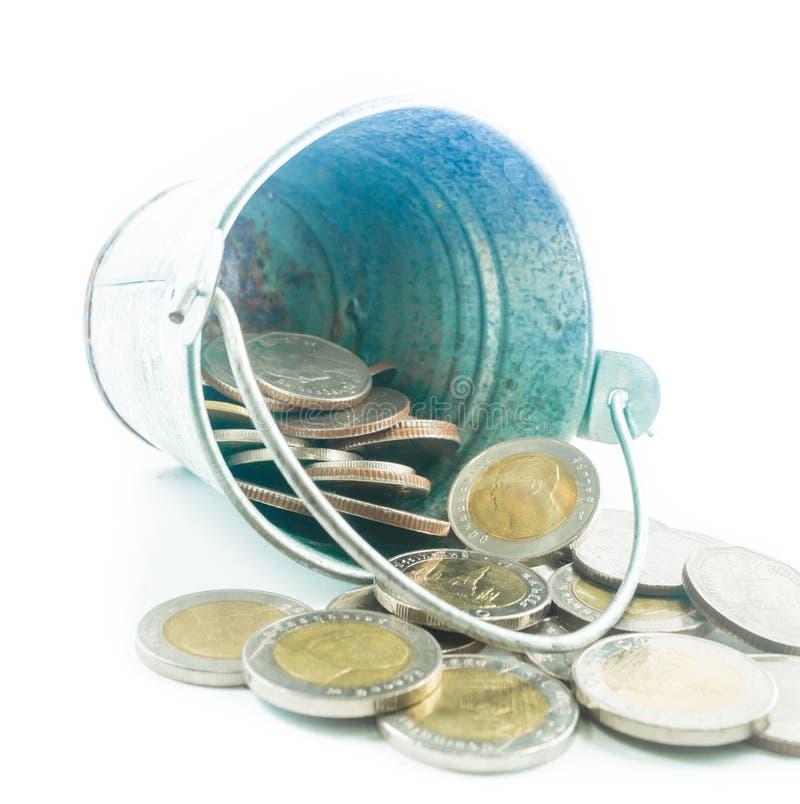 Mynt för thailändsk baht på en liten metall ösregnar på en vit bakgrund fotografering för bildbyråer