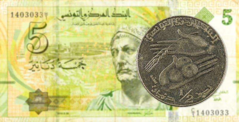mynt för tunisian dinar 0,5 mot sedel för tunisian dinar 5 fotografering för bildbyråer