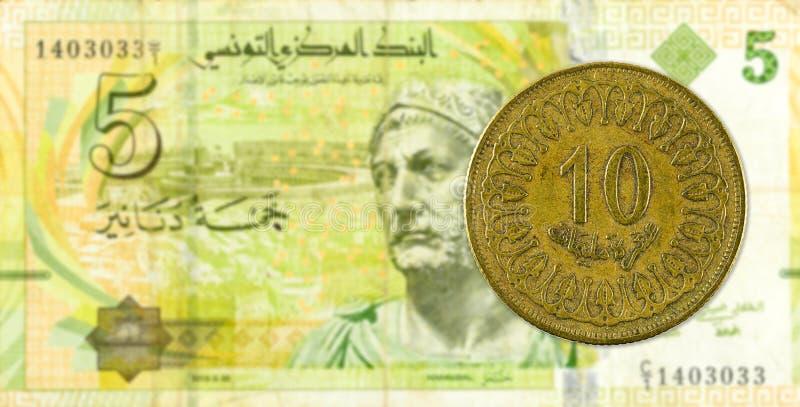 mynt för 10 tunisian millimes mot sedel för tunisian dinar 5 arkivfoton