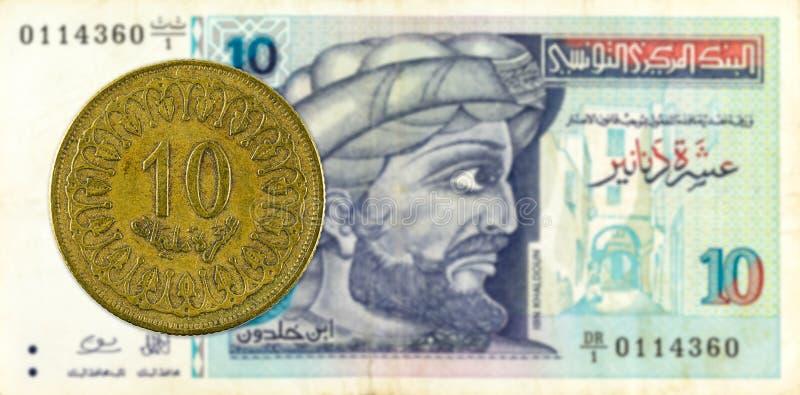 mynt för 10 tunisian millimes mot sedel för tunisian dinar 10 arkivbild