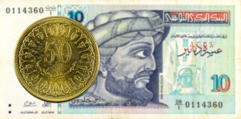 mynt för 50 tunisian millimes mot sedel för tunisian dinar 10 arkivfoton