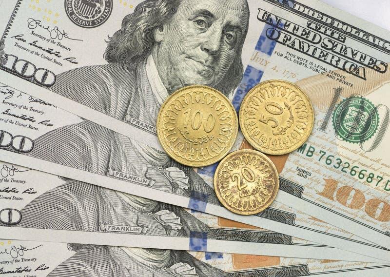 Mynt för tunisisk dinar överst av dollarräkningar fotografering för bildbyråer