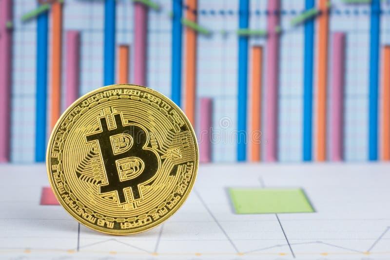 Mynt f?r cryptocurrency Bitcoin f?r guld- mynt fysiskt royaltyfria bilder