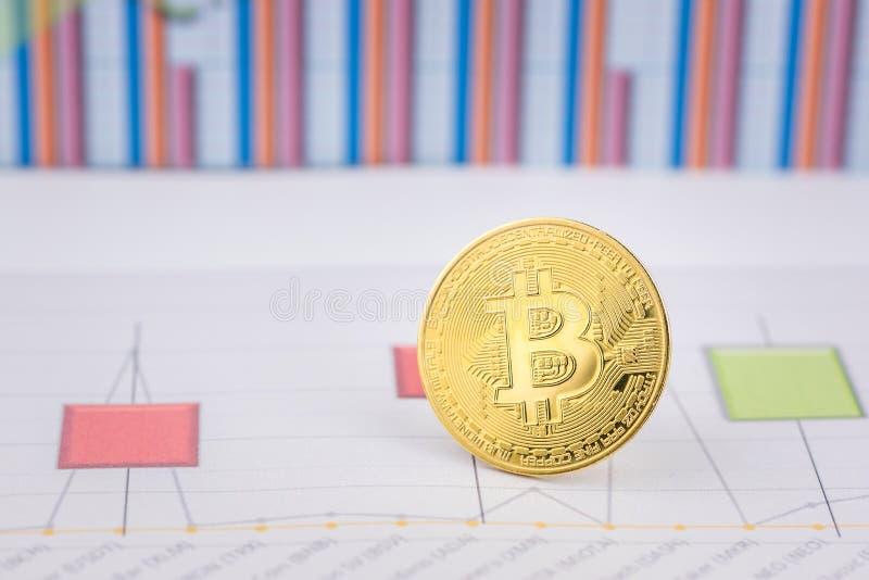 Mynt f?r cryptocurrency Bitcoin f?r guld- mynt fysiskt royaltyfri fotografi