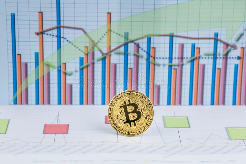 Mynt f?r cryptocurrency Bitcoin f?r guld- mynt fysiskt fotografering för bildbyråer