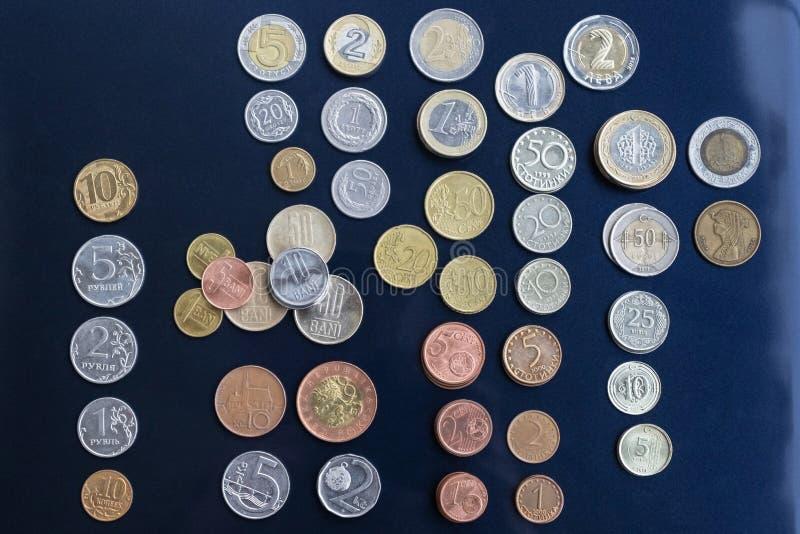 Mynt från olika länder läggas ut i buntar fotografering för bildbyråer