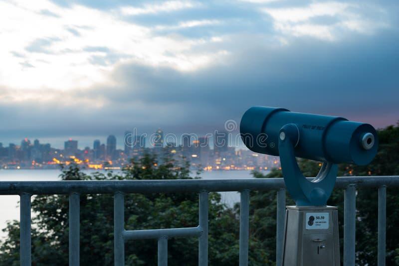 Mynt fungeringssökare som pekar Seattle horisont fotografering för bildbyråer