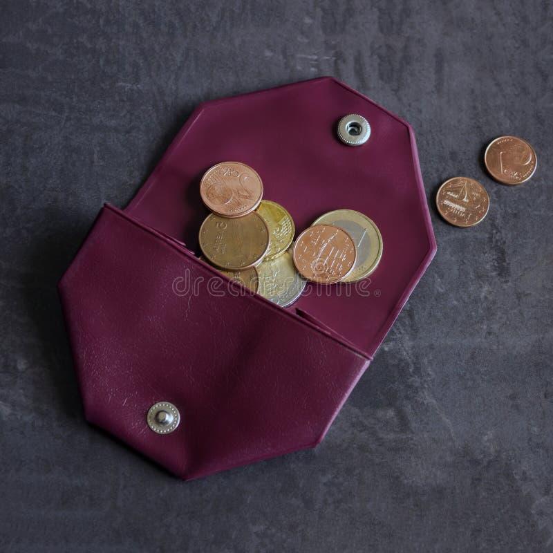 Mynt i en liten handväska Begrepp - kostnader, besparingar som shoppar arkivbilder