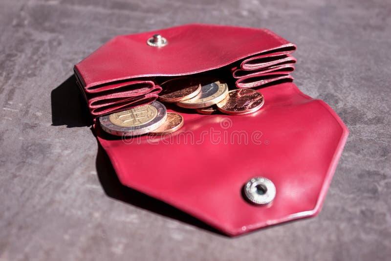 Mynt i en liten handväska Begrepp - kostnader, besparingar som shoppar arkivfoton