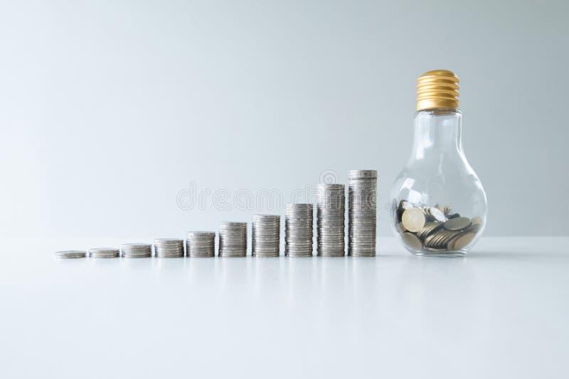 Mynt i glasflaskabanken med grafen för mynttillväxtstång, moment upp start upp affär till framgång, sparande pengar för det framt royaltyfria foton
