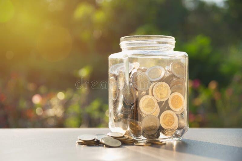 Mynt i krus med pengarbunten, begreppsfinans, redovisning, busi royaltyfri foto