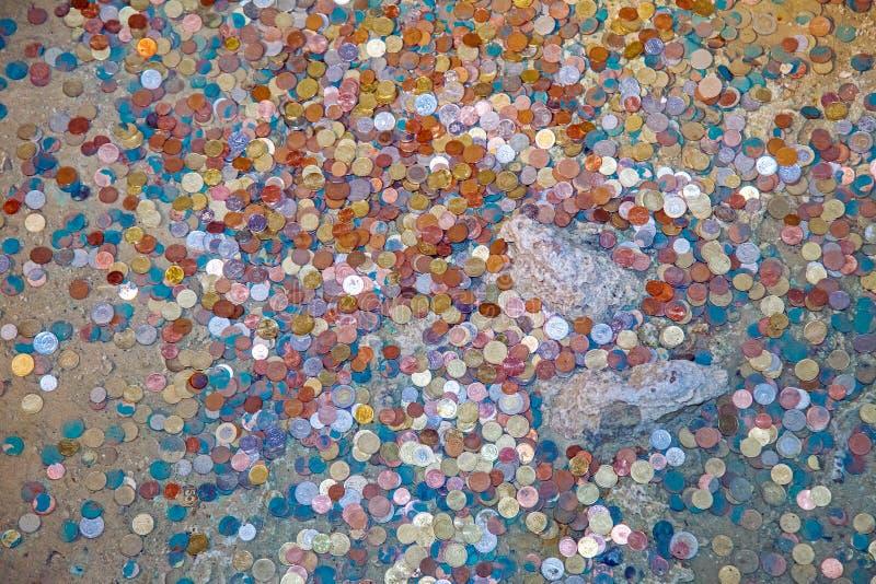 Mynt i sjön av grottan arkivfoto