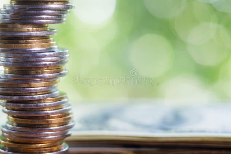 Mynt med dollarsedeln i bakgrund royaltyfri foto