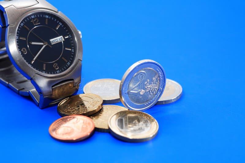 Mynt nära håller ögonen på arkivfoton