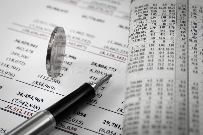 Mynt på finansiell rapport arkivfoton