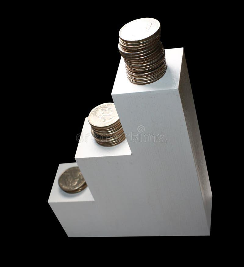 Mynt på vit trappa stiga som isoleras på den svarta bakgrunden, begrepp av att växa finansiella pengar och sparande av pengar arkivbilder