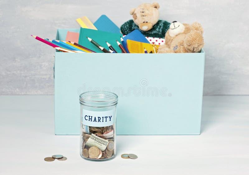 Mynt, sedlar i pengarkrus och ask med donationer fotografering för bildbyråer