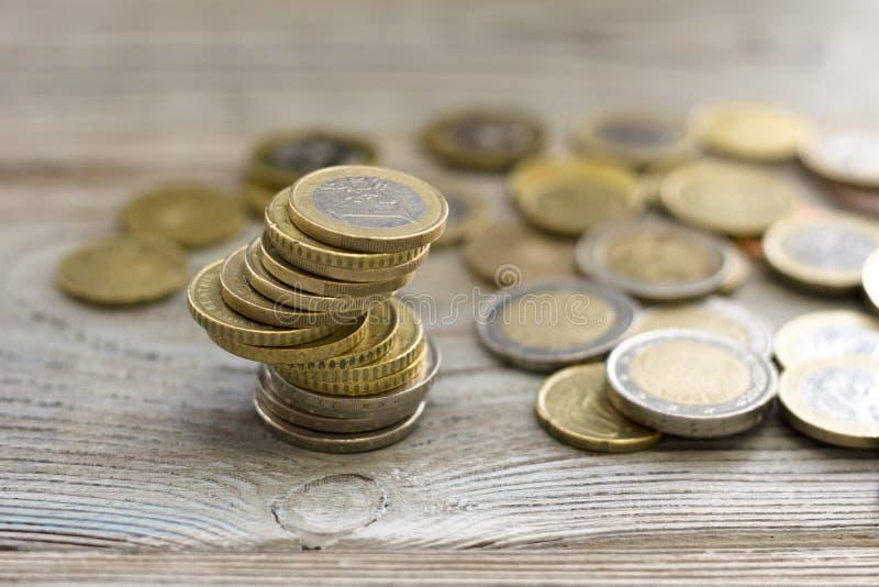 Mynt som staplas på de i olika positioner royaltyfri bild