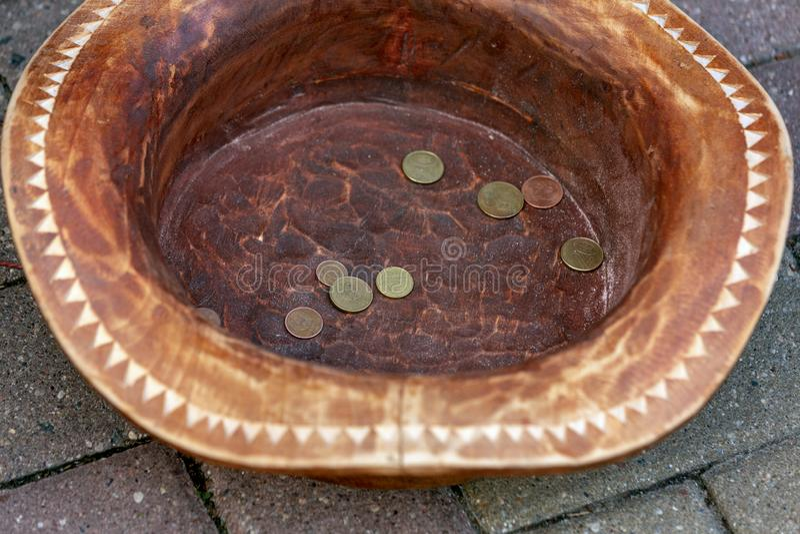 Mynt som tjänas i en hatt arkivfoton