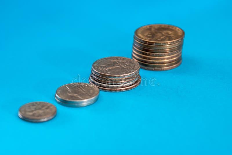 Mynt som visar besparingen som isoleras på blått royaltyfria foton
