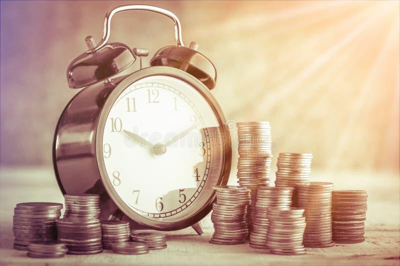 Mynt staplar och ringklockan royaltyfri fotografi