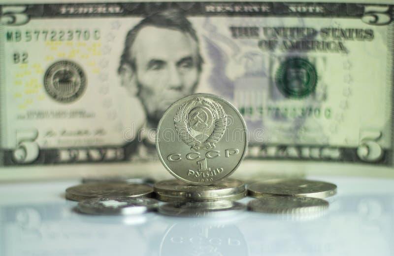Mynta en rubel mot bakgrundsUS dollarbakgrunden fotografering för bildbyråer