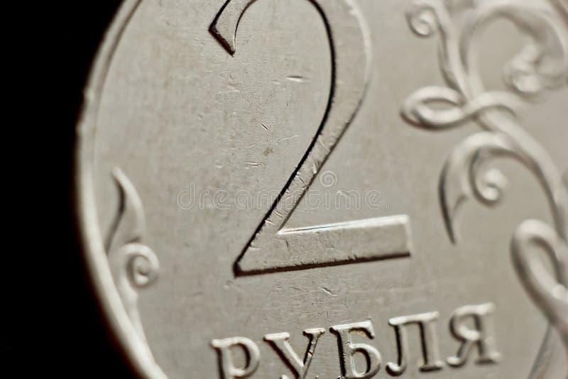 Mynta två ryska rubel makro som isoleras på svart bakgrund Detalj av slutet för metalliska pengar upp pengar av det europeiska la arkivfoto