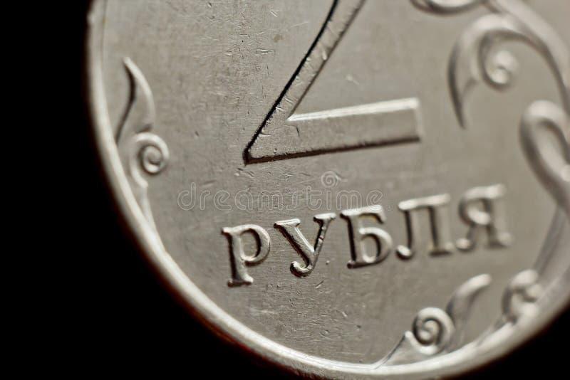 Mynta två ryska rubel makro som isoleras på svart bakgrund Detalj av slutet för metalliska pengar upp pengar av det europeiska la arkivbilder