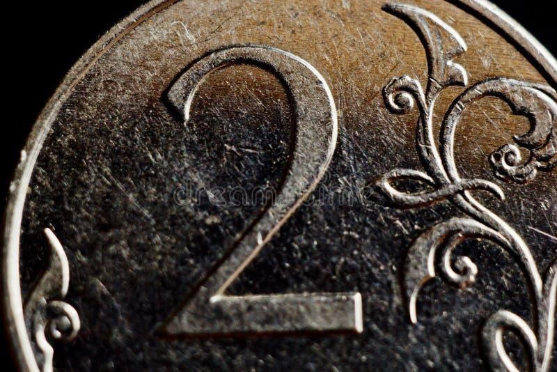 Mynta två ryska rubel makro som isoleras på svart bakgrund Detalj av slutet för metalliska pengar upp pengar av det europeiska la royaltyfria foton