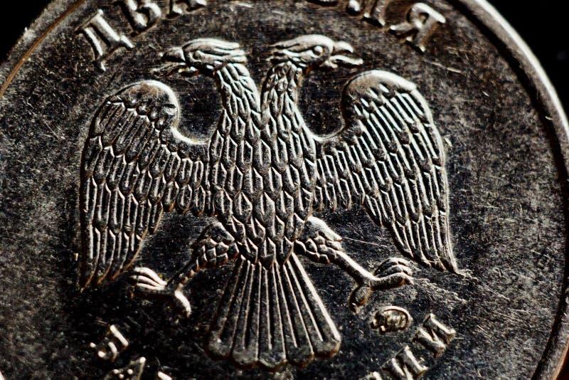 Mynta två ryska rubel makro som isoleras på svart bakgrund Detalj av slutet för metalliska pengar upp pengar av det europeiska la arkivfoton