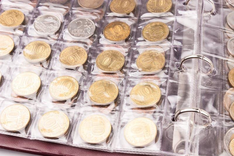 Myntalbum med mynt arkivfoton