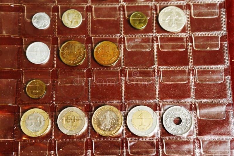 Myntalbumsamling från olika länder arkivfoto