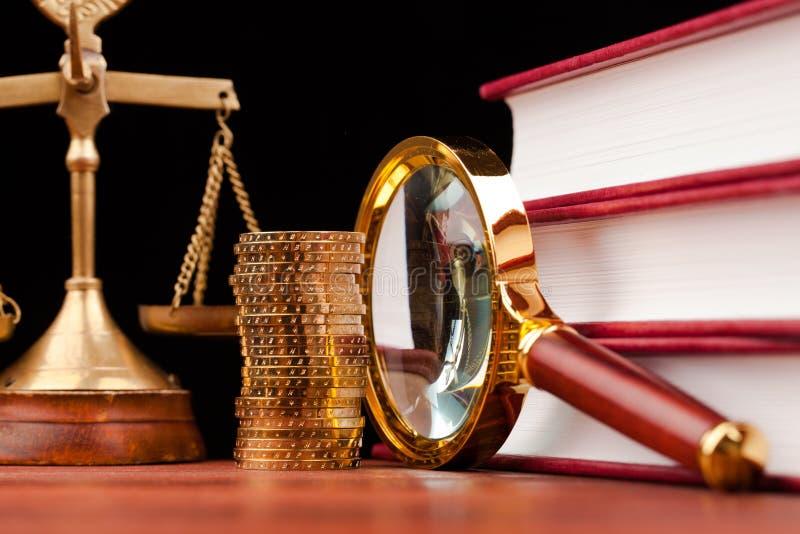 Pengar och rättvisa royaltyfri bild