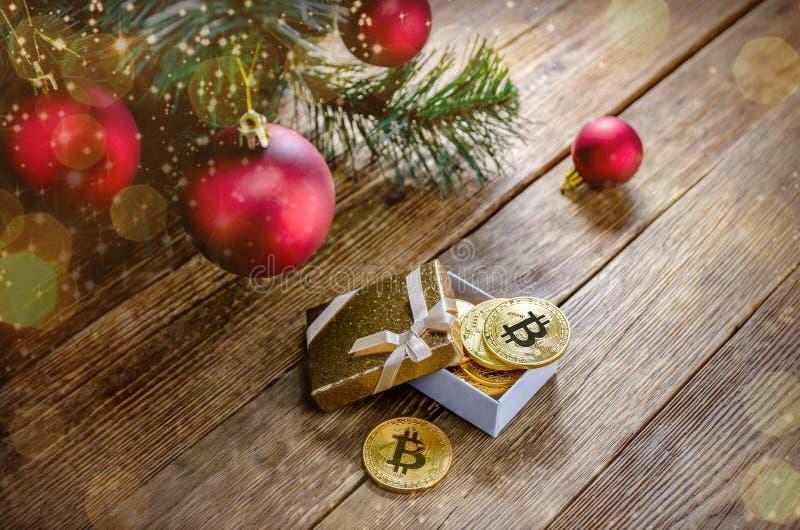 Myntbitcoinlögn i en ask under dekoren för julgranfilial arkivfoto