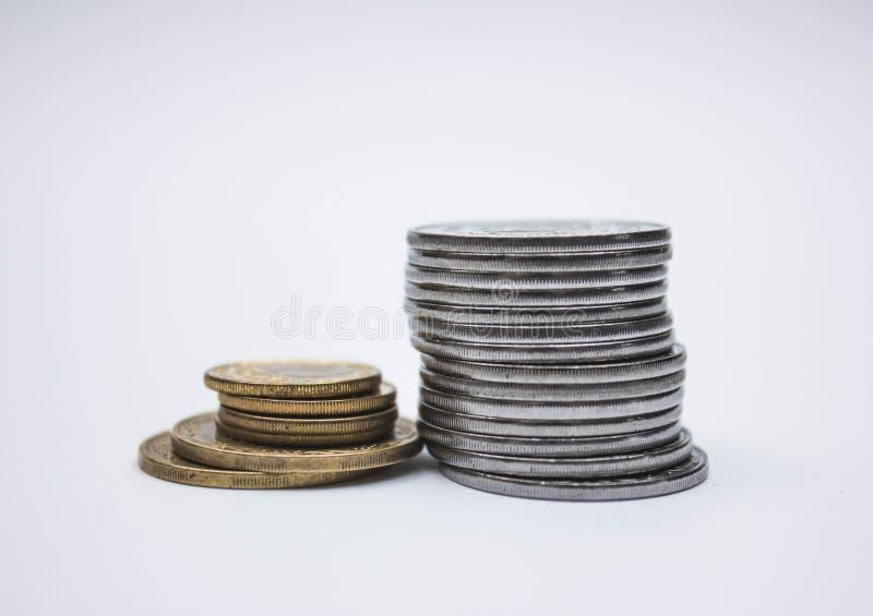 Myntbuntar på en vit bakgrund, hög av mynthögen av guld för myntsilver, kopparthai mynt royaltyfria bilder