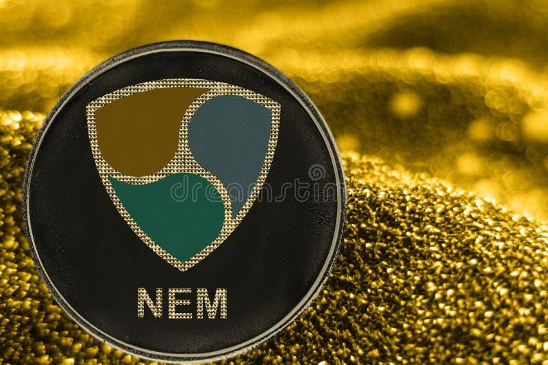 Myntcryptocurrency NEM på guld- bakgrund crypto XEM-tecken vektor illustrationer