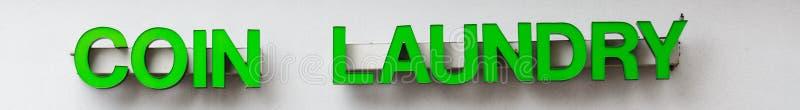 Mynttvätterit undertecknar in gröna brev royaltyfria foton