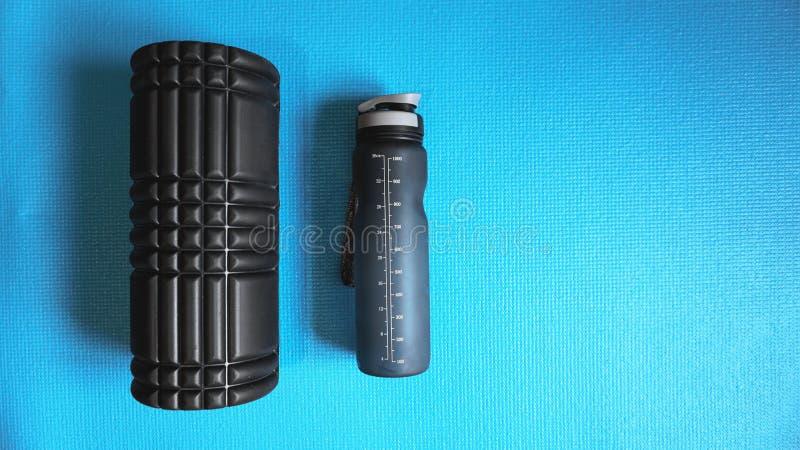 Myofascial för själv för bakgrund för utrustning för kondition för skumrullidrottshall blå frigörare arkivfoto