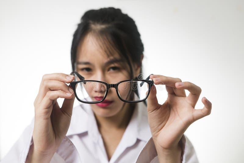 Myopia, zakończenie młoda kobieta w eyeglasses obrazy stock