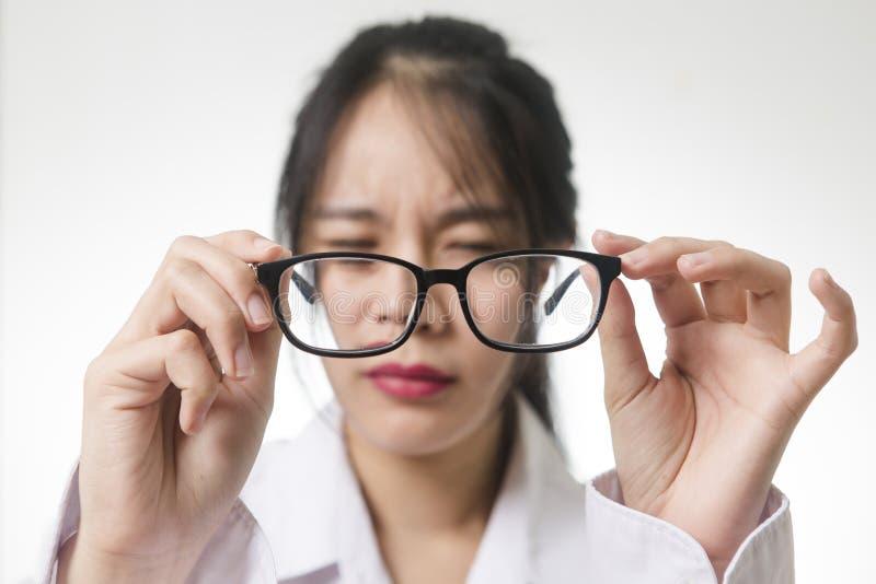 Myopia, zakończenie młoda kobieta w eyeglasses fotografia royalty free