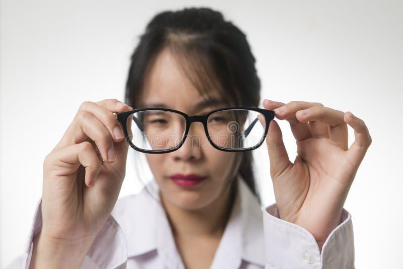 Myopia, zakończenie młoda kobieta w eyeglasses zdjęcia royalty free