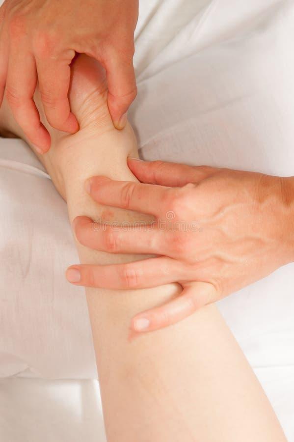 Myotherapy e punti di innesco sul piede dell'atleta immagini stock