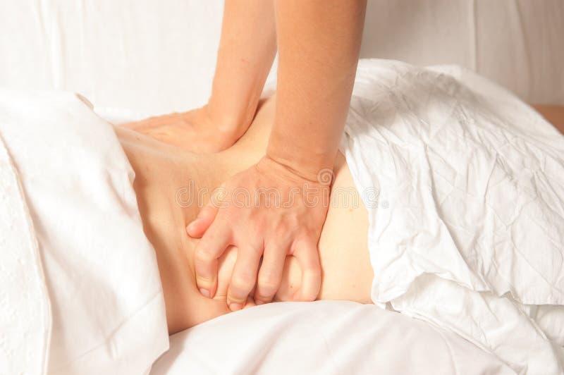 Myotherapy e punti di innesco sulla parte posteriore dell'atleta fotografie stock libere da diritti