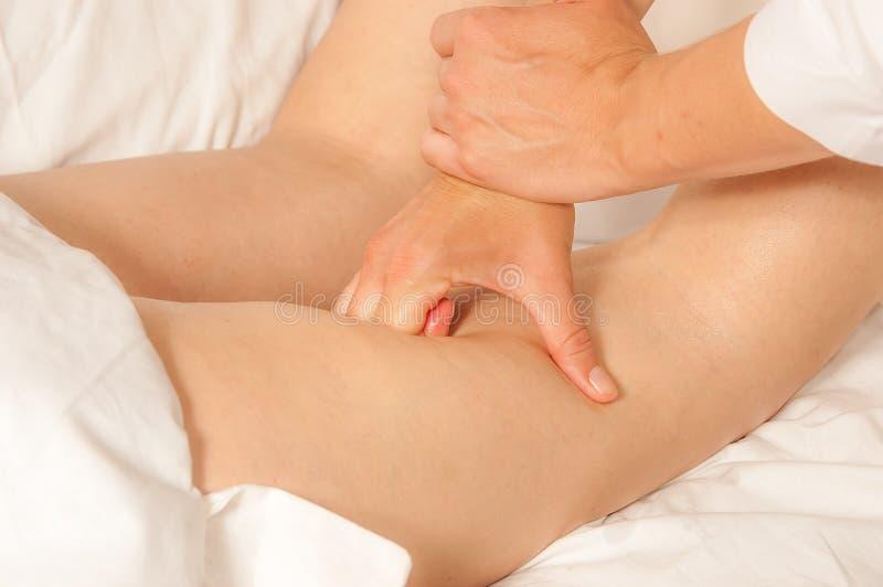 Myotherapy et points de déclenchement sur des biceps photo stock