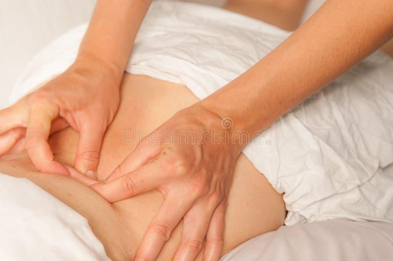 Myotherapy et points de déclenchement sur le dos de l'athlète images stock