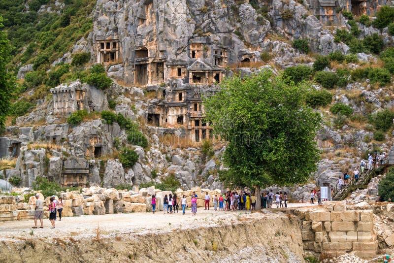 Myra, Анталья, Турция - 26-ое августа 2014: Вырезанные в скале усыпальницы в древнем городе, стоковое изображение